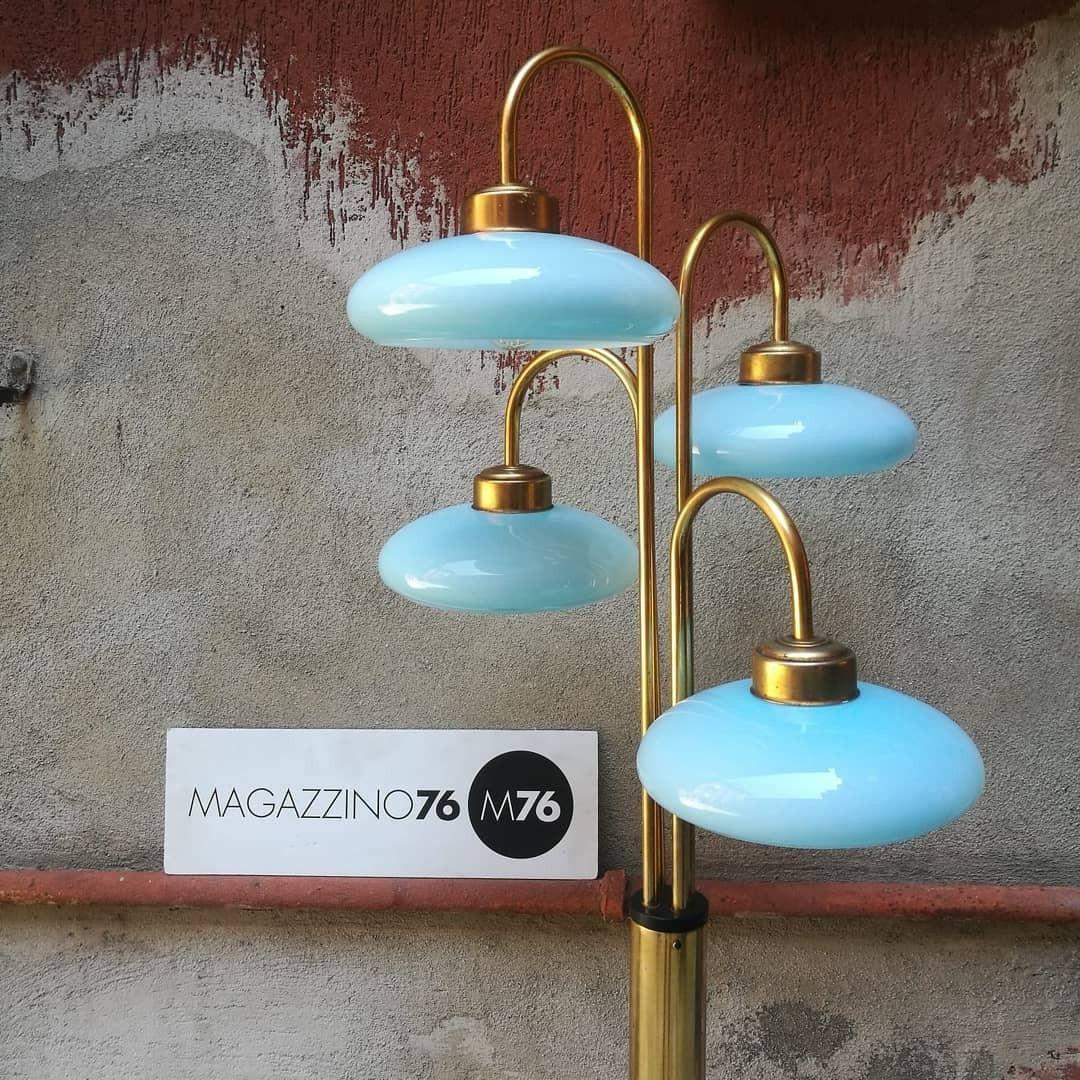 Una lampada da terra anni 70, in ottone, con 4 luci