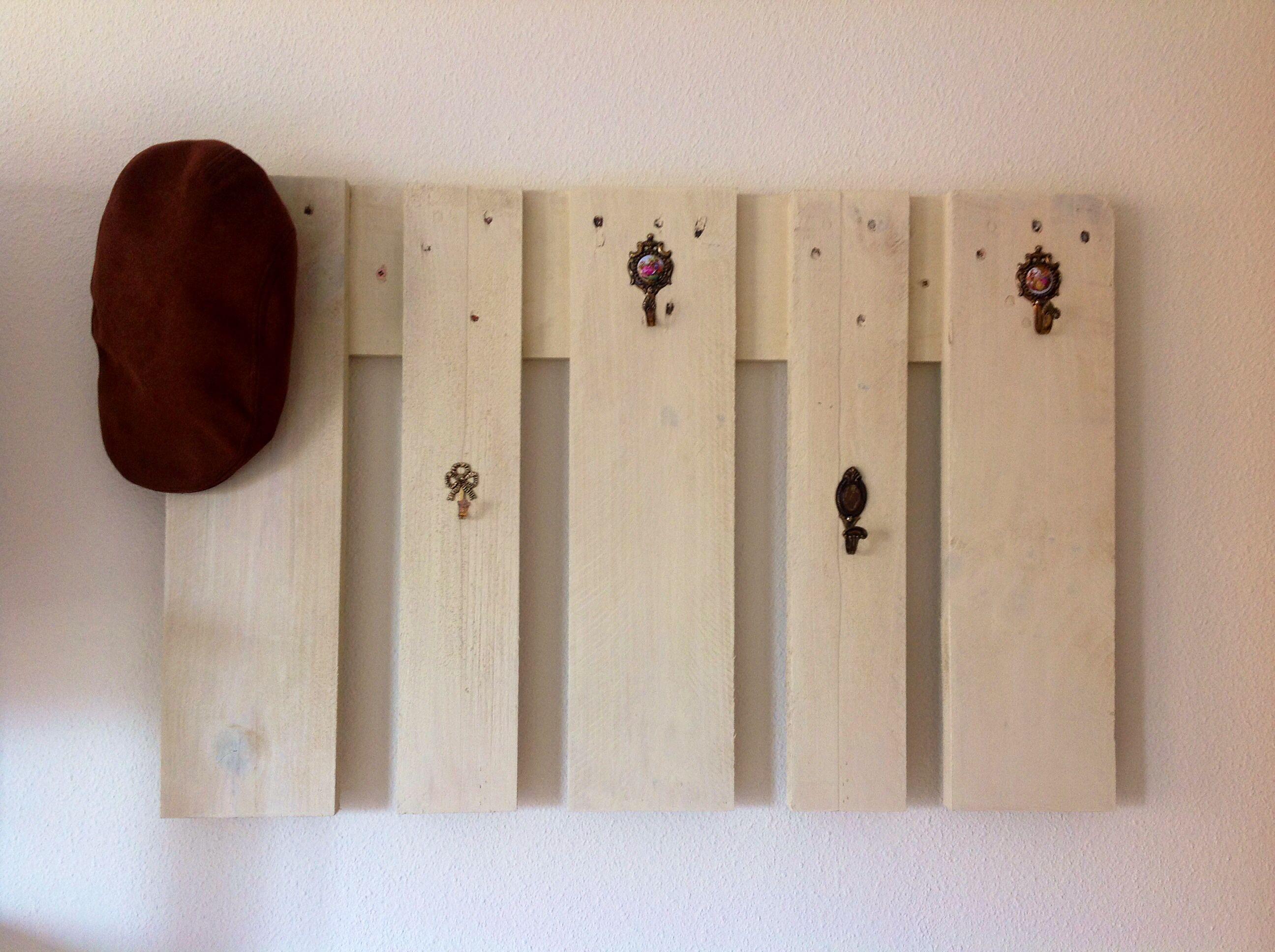Perchero de pared hecho con palets y colgadores vintage en - Sillon hecho de palets ...