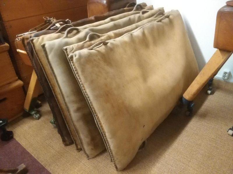 Die alte Turnmatte besteht aus Rindsleder und überzeugt