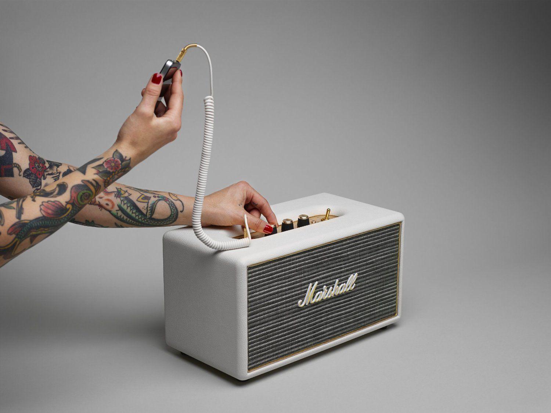 Marshall Acton Speaker:  Compatto e spettacolare, Acton è un altoparlante stereo attivo che può sembrare piccolo ma ha potenza da vendere. Collegati all'altoparlante in wireless tramite Bluetooth o con il cavo ausiliario da 3,5 mm a terminazione doppia interpretazione moderna del classico cavo del telefono.
