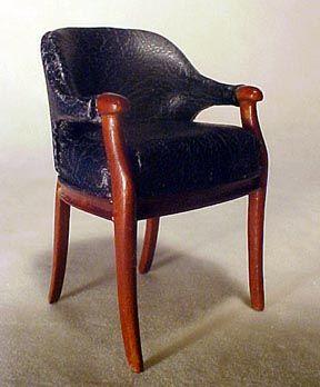 """Bespaq Presidente 1 """"Escala Art Deco Arm: , tiene un acabado en madera de nogal, y está tapizado en cuero negro. Las medidas de la silla 1 3/4Wx1 5/8"""" Dx2 11/16 """" H"""