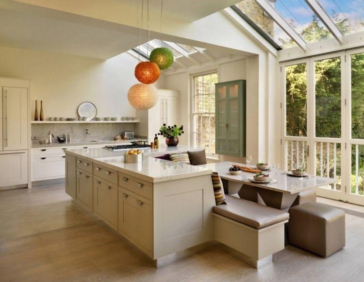 Große offene küche mit kücheninsel ganz in beige