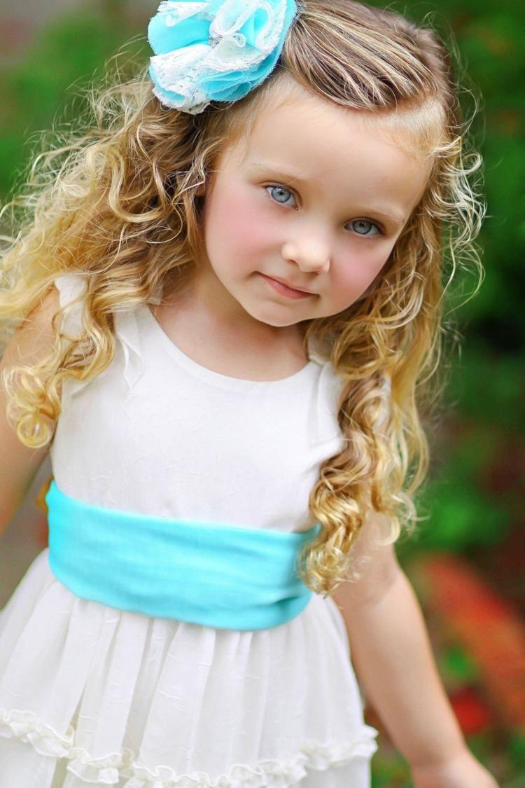 kinderfrisuren für mädchen mit blauer stoffblume als