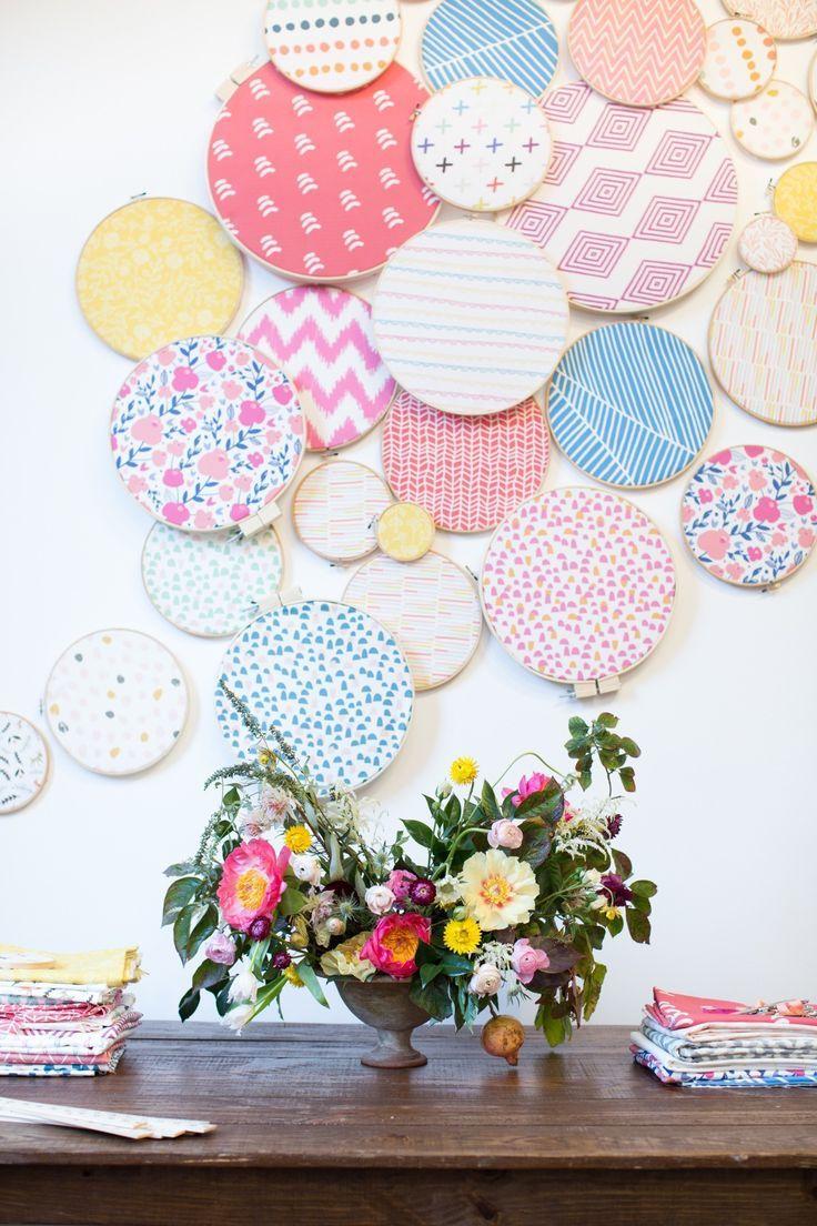 Decoração na parede com bastidores de bordado com tecido lindo