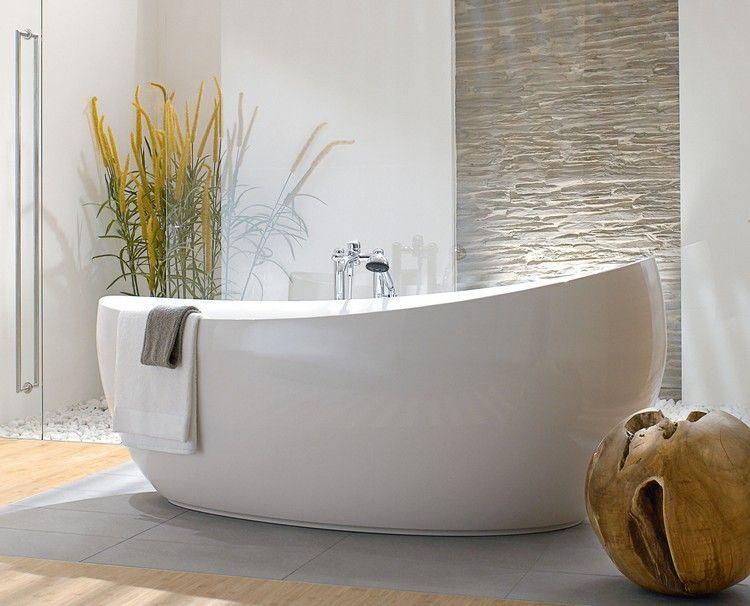 baignoire ovale en acrylique, carrelage sol gris clair, parement