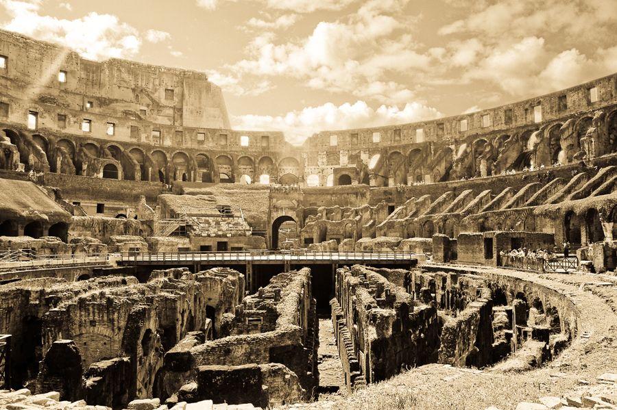 콜로세움 - 콘크리트는 기원전 3세기 후반에 발명되어 기원전 1세기경부터 로마에서 널리 쓰이기 시작했다. 콘크리트는 생석회에 화산재와 경석을 섞음으로서 만들어 졌고 서리에 견디기 위해서 피를 섞어 사용하기도 하였다. 생각보다 단순한 이 콘크리트의 발명은 건축물에 획기적인 변화를 가져오게 되었고 로마라는 선 굵은 건축의 역사를 남기게된다. 콘크리트를 사용하면서 이전의 벽돌이나 대리석 소재의 건축물에서 벗어나 더욱 크고 복잡한 건축물을 자유롭게 설계할 수 있게 되었고 이에서 비롯하여 로마는 건축 혁명을 이루게된다.