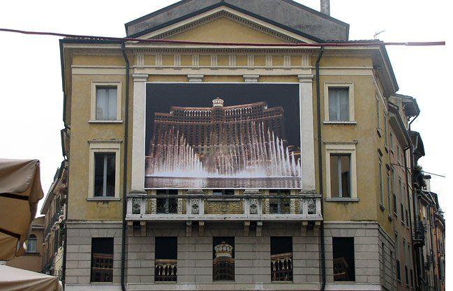 Insegna in grande formato nel centro storico di Mantova