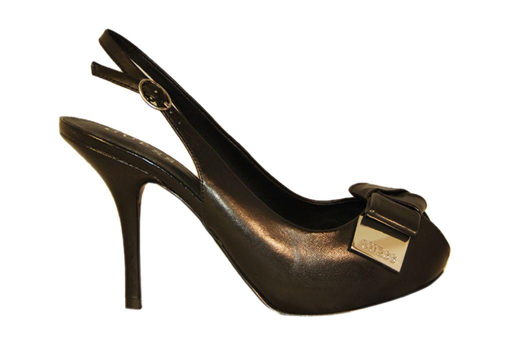 Zapato despuntado modelo 'Hadara' de piel color negro. Adorno frontal con lazo y personalización Guess metálica. Correa con hebilla lateral. Altura del tacón 10 cm. Altura de la plataforma interna 1,5 cm. Diseñado por Guess.