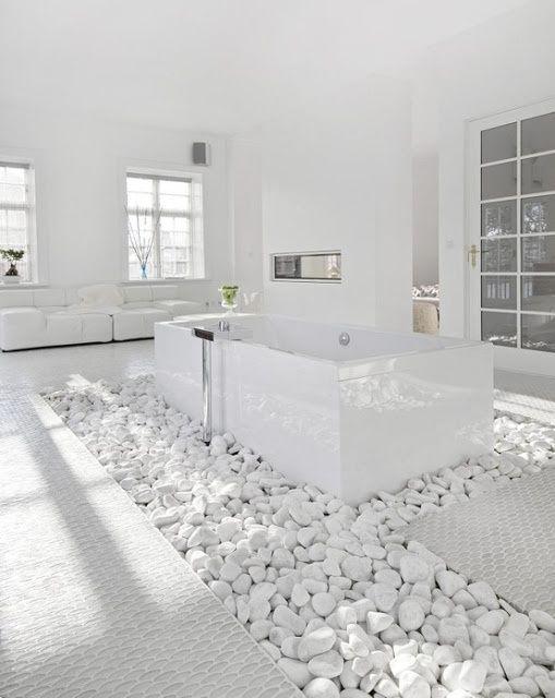Bañera sobre lecho de piedras