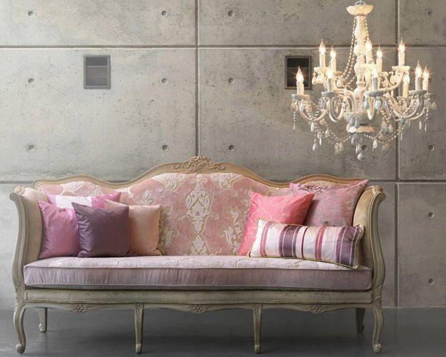 Sofa antiguo con patas tapizado color rosa con cojines for Sillones antiguos tapizados
