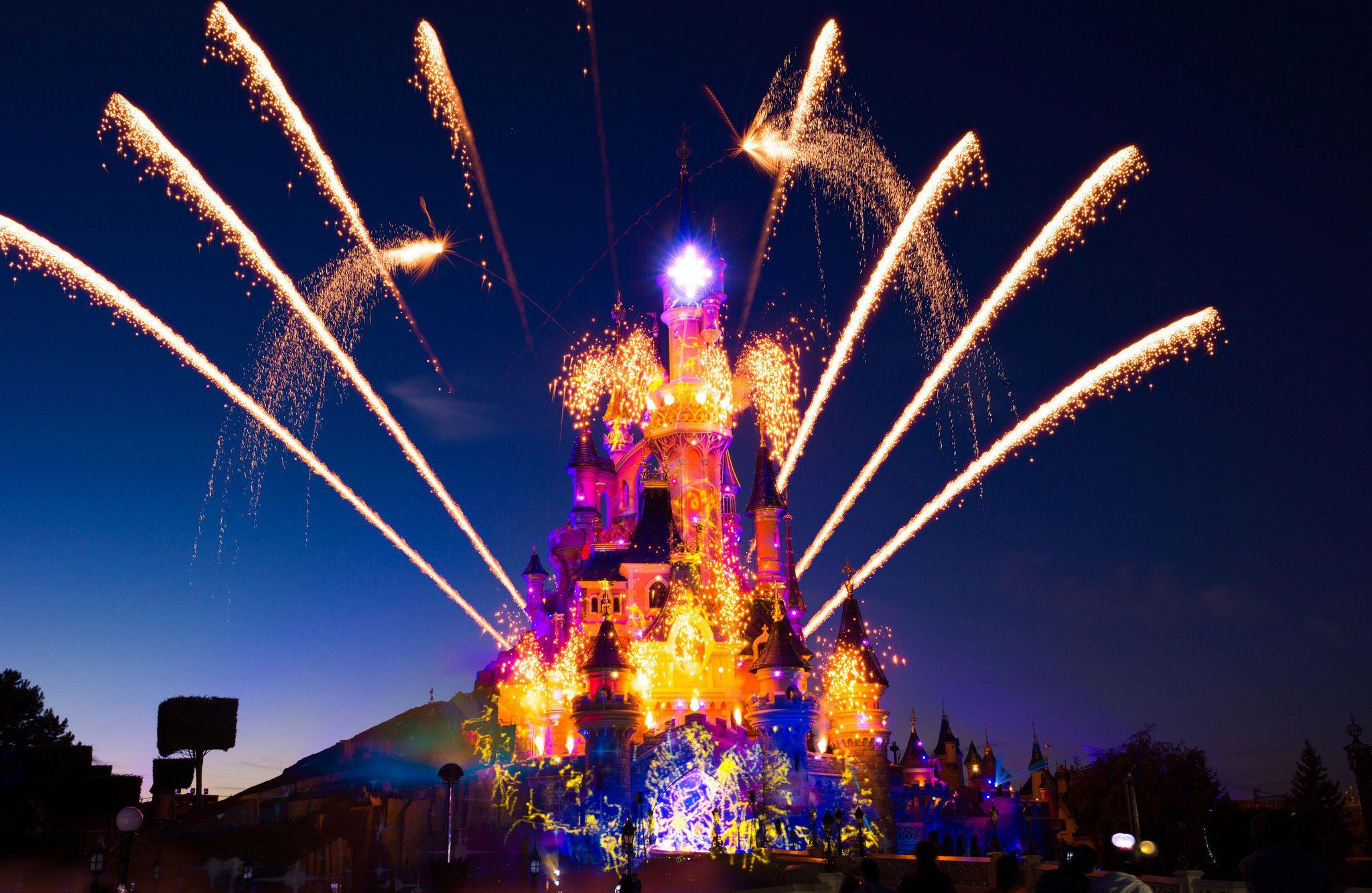 #Disneyland Paris. Spectacular photo of Disney Dreams! on the Sleeping Beauty Castle with Fireworks #DLP #DLRP 'Le Château de la Belle au Bois Dormant'