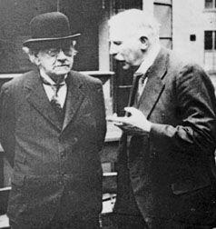 Geiger y Marsden se acercaron al escritorio de Rutherford. Ern levantó la vista y les preguntó: —¿Qué tal ha ido el experimento? —Las partículas alfa están siendo desviadas por la lámina y hemos co...