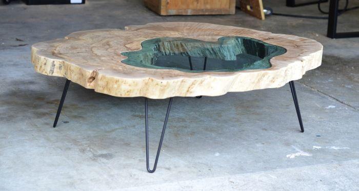 журнальный столик из натурального дерева и стекла бирюзового оттенка