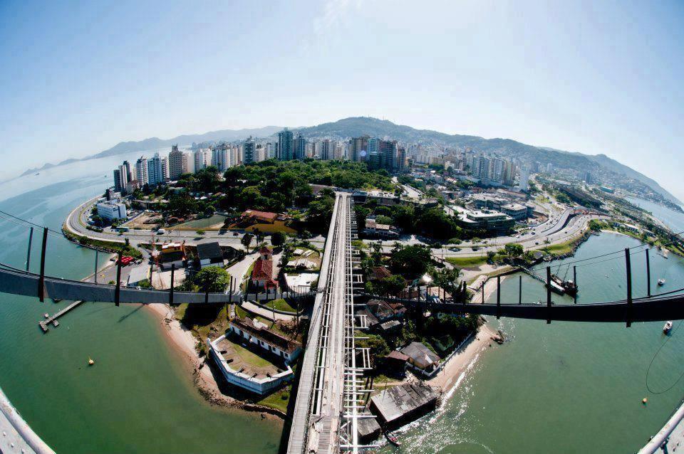 Florianópolis, Santa Catarina Fotógrafo Lio Simas numa visita ao ponto mais alto da da Ponte Hercílio Luz
