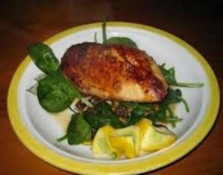 Legg kyllingen i en glassform. Bland limesaft og -skall, chili, fiskesaus, pepper og splenda i en bolle. Ha halvparten av blandingen i formen sammen med kyllingen. Vend til det flytende er jevnt fordelt. La det marinere i 10minutter. I mellomtiden koker du bønnene i en kjele med vann i 3minutter e…