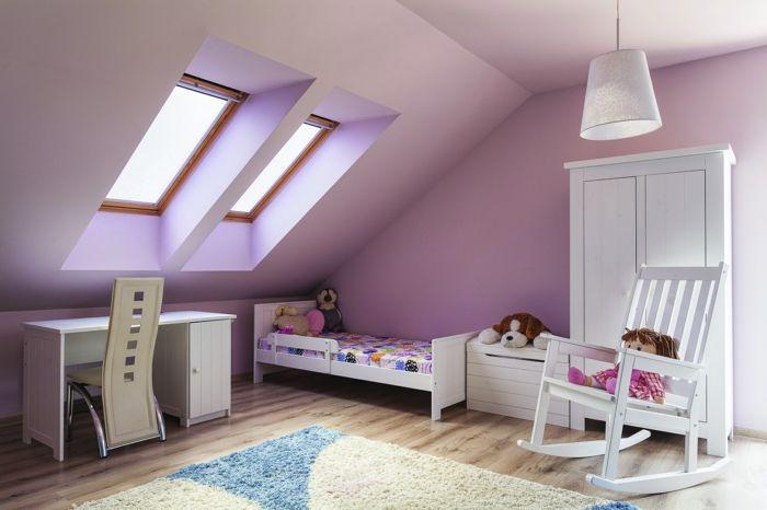Kinderzimmer Mit Dachschräge Lila Wandfarbe Kinderzimmerteppich Weißer  Kleiderschrank