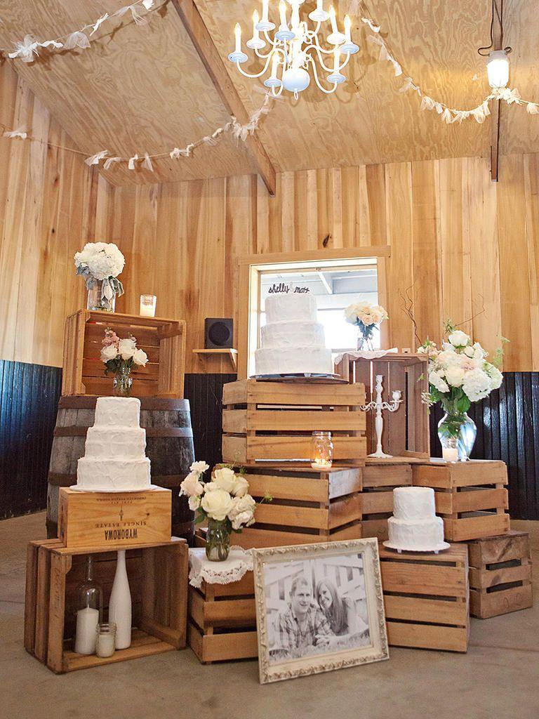 Sempre que pensamos em casamento rústico ou no campo, sabemos que o elemento fundamental para usar na decoração é a madeira. E uma maneira de decorar gastando pouco, é usando caixas de