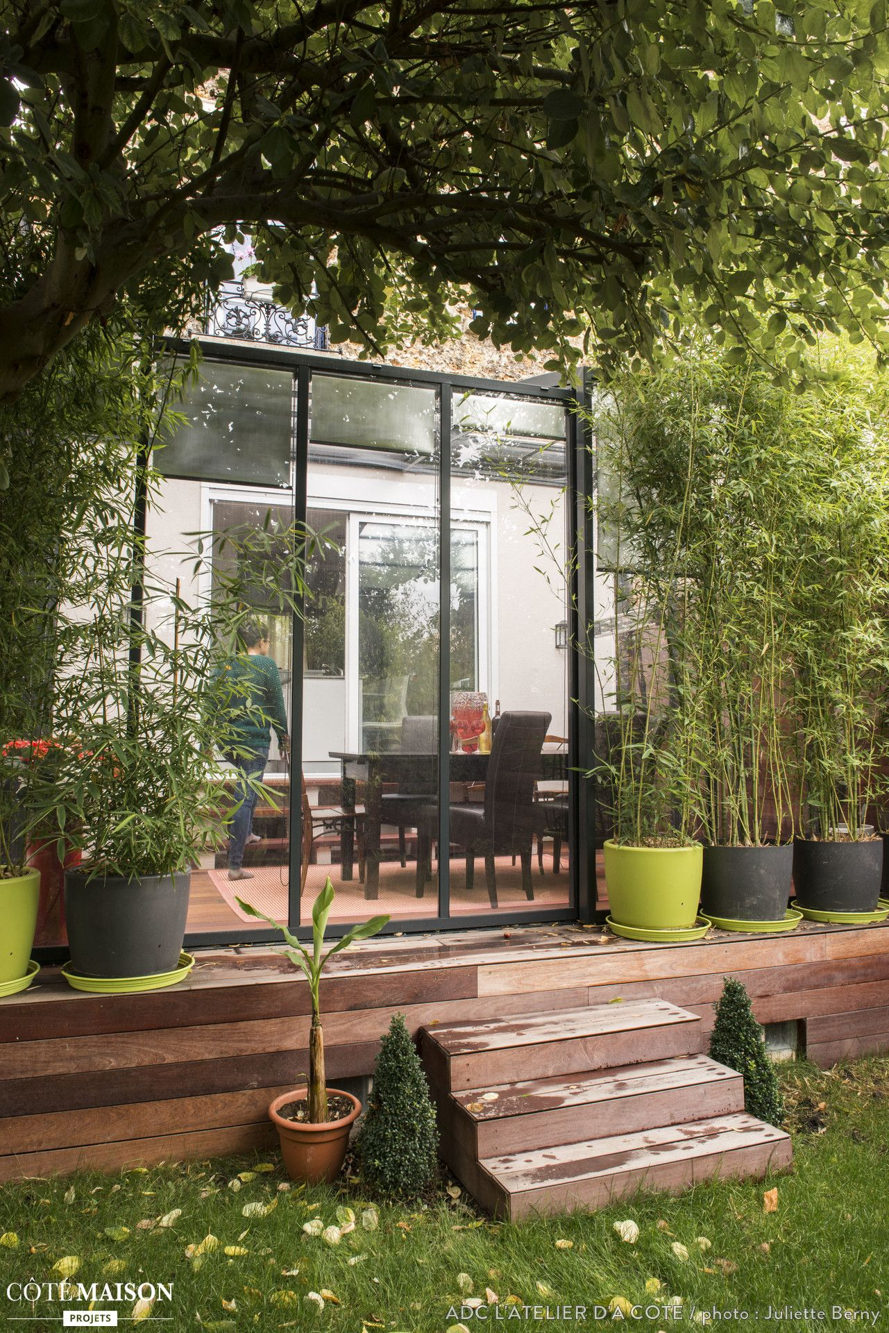 une petite terrasse chic en bois avec des arbustes verdoyants terrasses balcons styl s. Black Bedroom Furniture Sets. Home Design Ideas