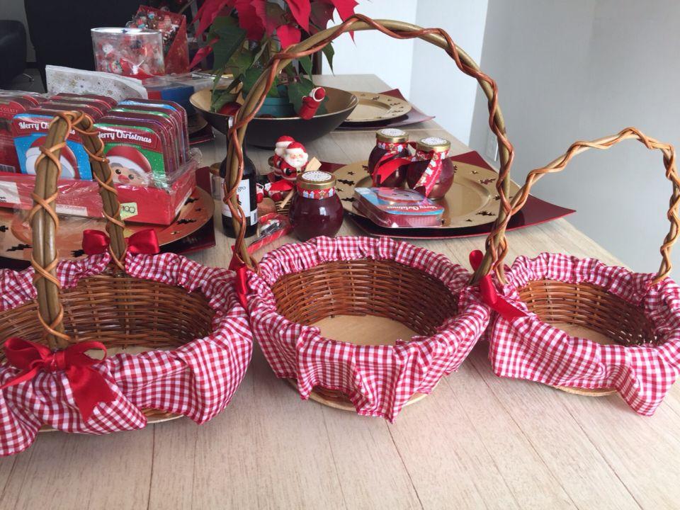 Canastas navide as navidad pinterest xmas and jar - Canastas de mimbre decoradas ...
