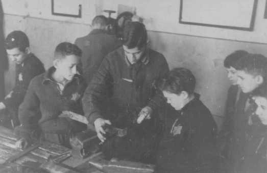 Crianças realizando trabalhos forçados em uma oficina de carpintaria. Gueto de Kovno, Lituânia, entre 1941 e 1944.