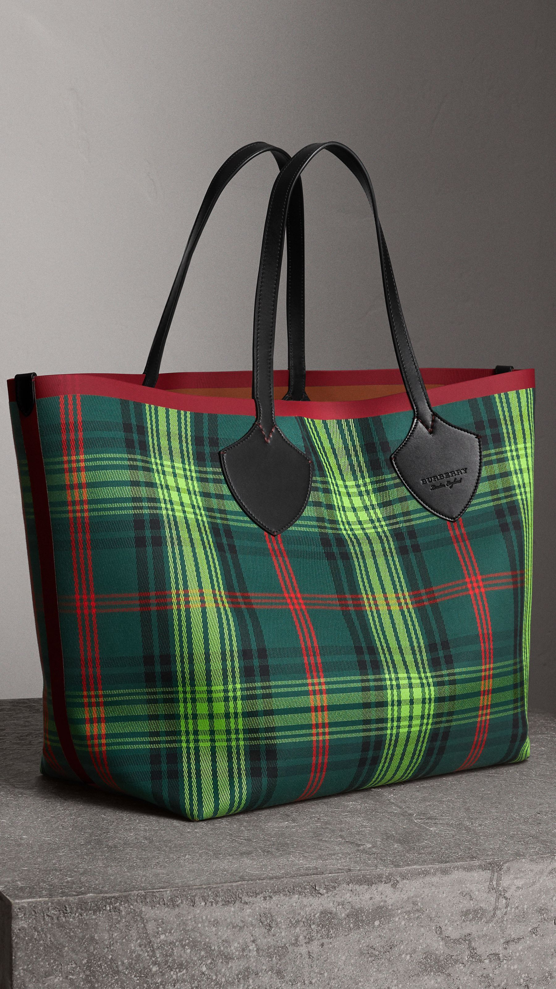 0d013186e083df The Giant Reversible Tote in Tartan and Leather in Tan/pine Green | Burberry