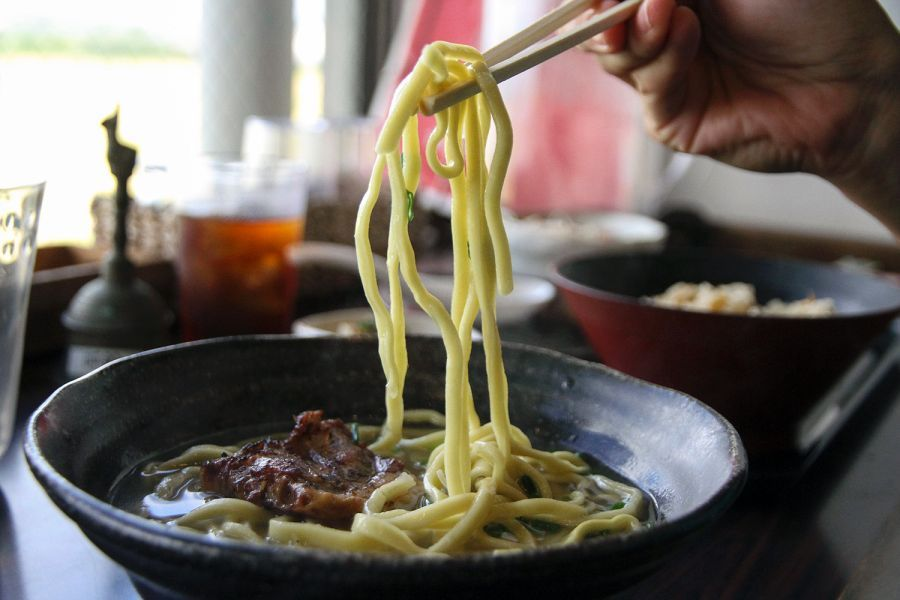 Hanakinah in Okinawa offers diners the chance to sample the famous regional Okinawa soba. #okinawa #japan #japantravel #travel #okinawatravel #okinawanfood #japanesefood #soba #asia #asianfood #asiatravel #travelinspo #traveltips #japaneats #japanfood #noodles