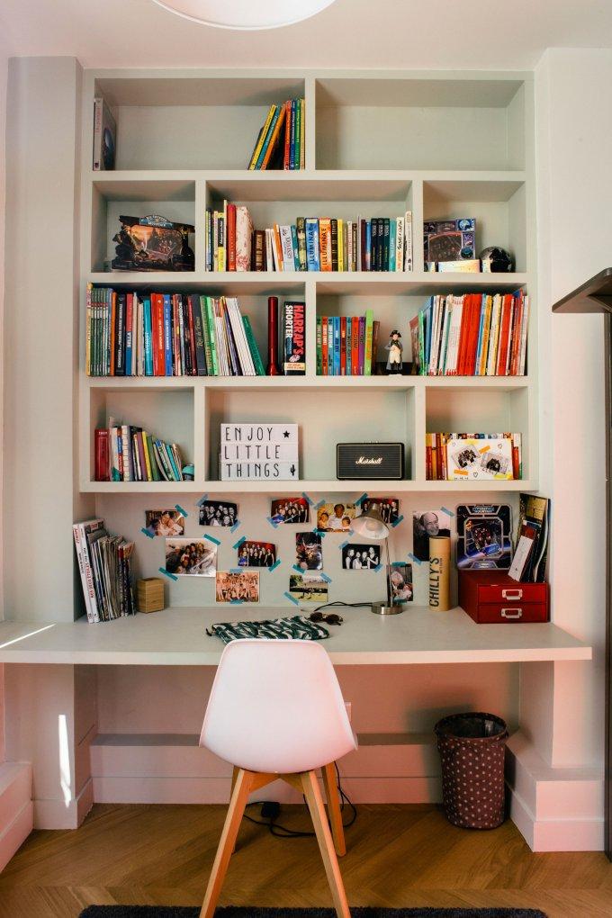 Un Appartement Haussmannien Reinvente Avec Brio Chambre Enfant Etagere Chambre Ado Et Placard Chambre Enfant