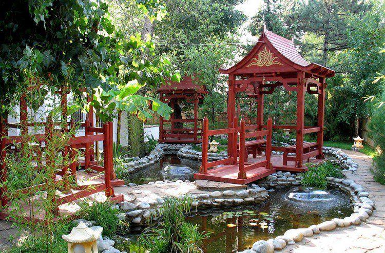 Jardin Chinois Avec Bassin D Eau Entoure De Galets Decoratifs Et