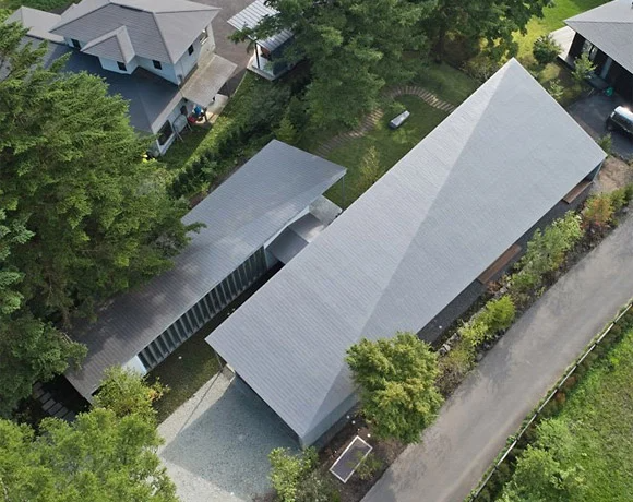 R E A D Architects Tops Symbiotic House With Sloping Concrete Roof In Karuizawa Japan Architect Architecture Concrete Roof