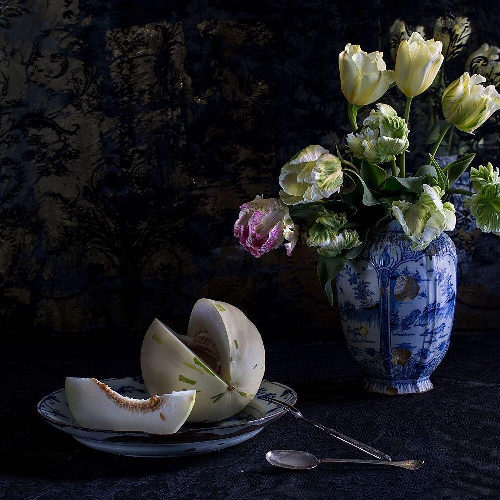 193 отметок «Нравится», 9 комментариев — Althea Wilson LRPS (@altheawilsongallery) в Instagram: «#parrot #tulips #antique #delft #vase #platter #melon#jj_still_lifemember #9varga9…»
