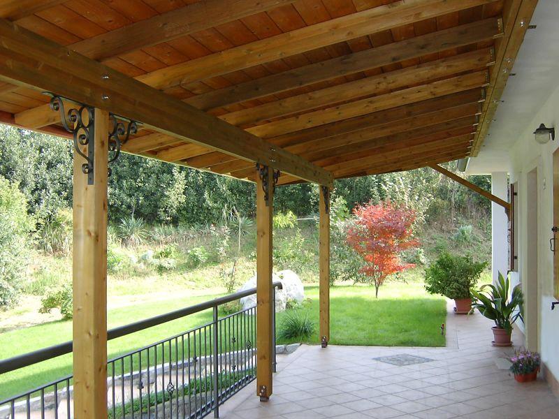 Tettoia in legno addossata decorazioni ferro   Tettoie - pergolati ...