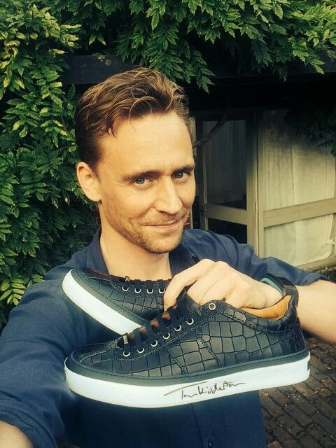 Tom's selling another pair of Shoes! <===not sure if he's actually selling them or just signed them but it's adorable. I need Tom to sign my Toms.