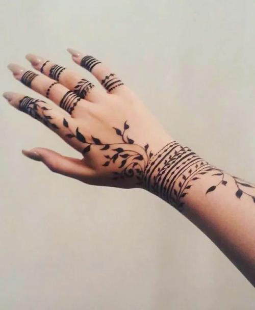 Hand Tattoos For Women In 2020 Hand Tattoos For Women Henna Tattoo Designs Hand Henna Tattoo Designs