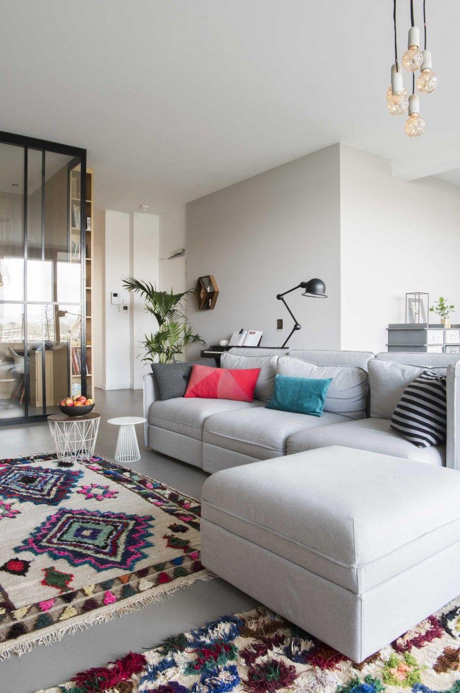 Woonkamer met grijze bank en kleurrijk vloerkleed | Living room with ...