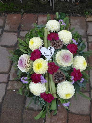 Bukiety Stroiki I Kompozycje Z Zywych Kwiatow Na Cmentarz Wroclaw Floral Floral Wreath Decor