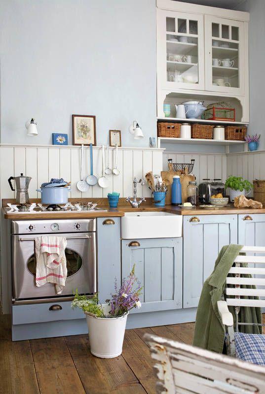 Nie Biel Lecz Mietowy Blekit Dominuja W Kolorystyce Tej Kuchni To Ciekawa Wariacja Na Temat Stylizacji Prowansalsk Country Kitchen Chic Kitchen Home Kitchens