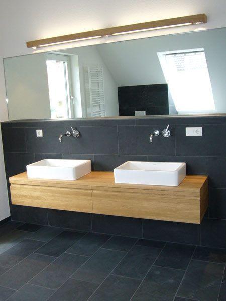 Eichebadmöbel schwarze Fliesen weiße Badkeramik Apartment Interior