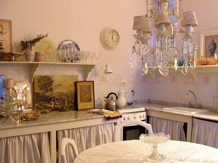 Cocina vintage con cortinas en bajomesada cocinas for Decoracion cortinas cocina