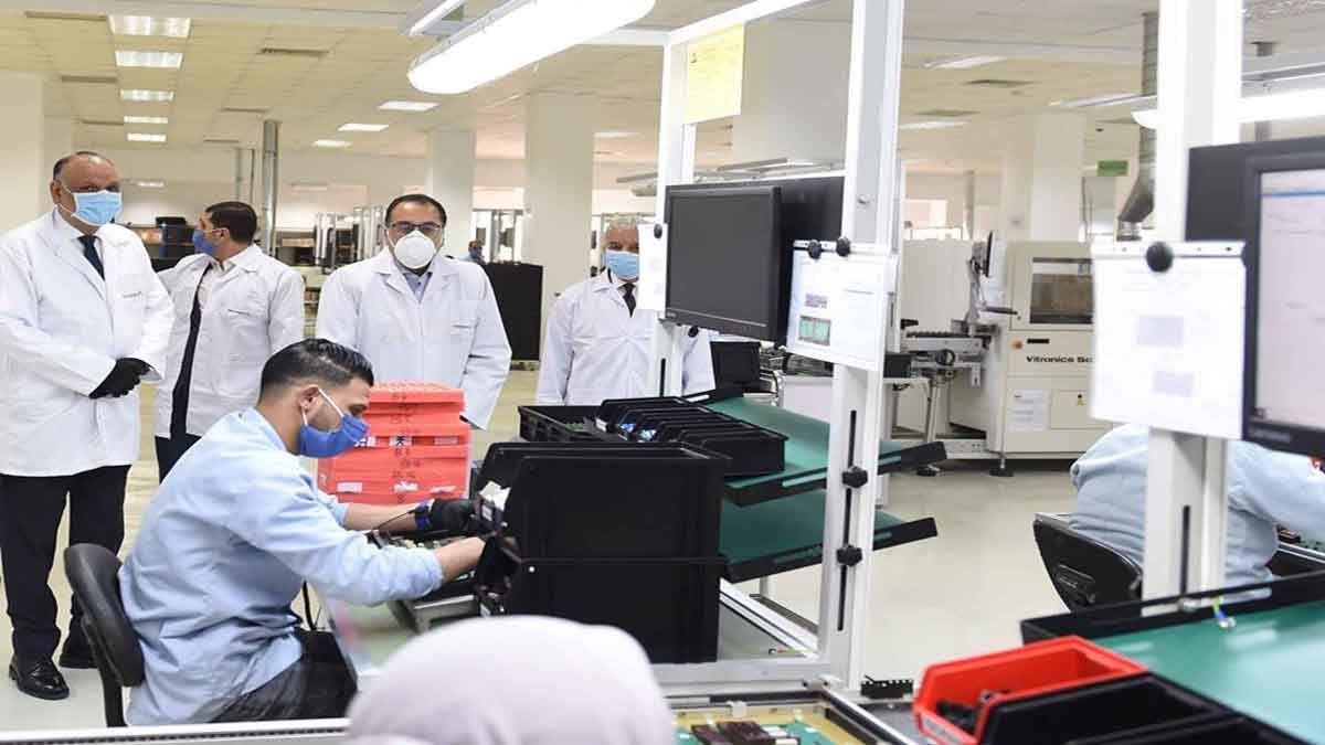 رئيس الوزراء يتفقد مصنع لإنتاج عدادات الكهرباء والمياه بمدينة العاشر من رمضان