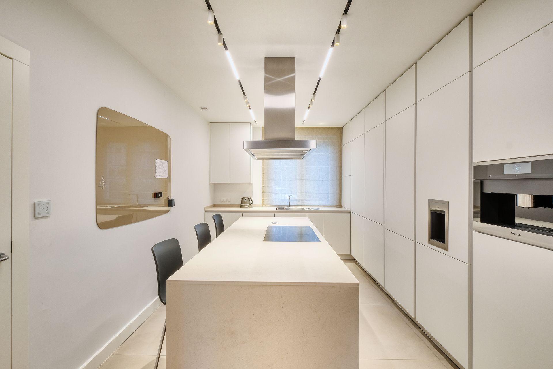 Minimalistyczne Oswietlenie Do Otwartej Kuchni Polaczonej Z Salonem Ih Internity Home Home Design Home Decor