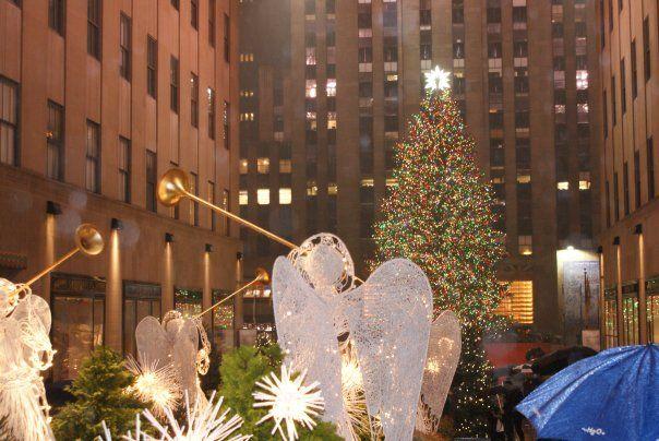 El Nadal es viu arreu del món però de diferent forma a cada lloc. Tradicions, creences, colors, menjars... tot canvia segon el lloc. El Nadal a casa nostra la coneixem molt be, els carrers s'il·luminen amb llums de colors, les places s'omplen de fires amb productes típics, les famílies es reuneixen la Nit de Nadal. Festa familiar davant d'una bona taula ben guarnida i amb menjars molt típics. Les cases s'adornen amb nadales, pessebres, arbres de Nadal...