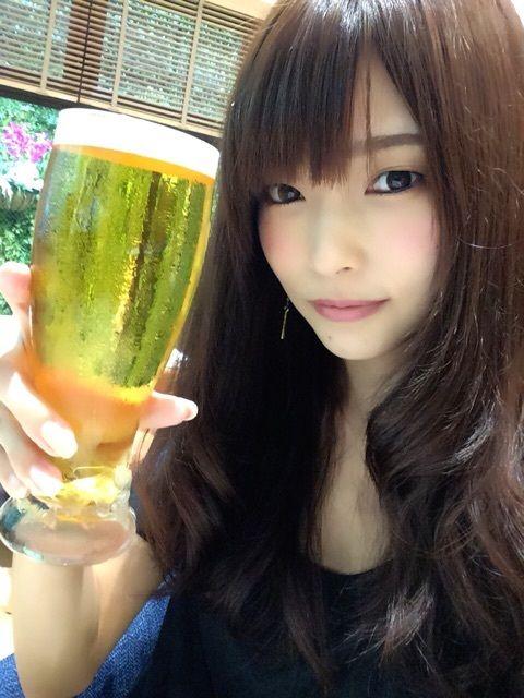 ビールを飲む立花理香