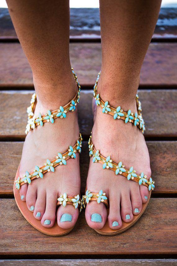 sandales en cuir véritable avec opale turquoise et cristaux transparents .Grèce