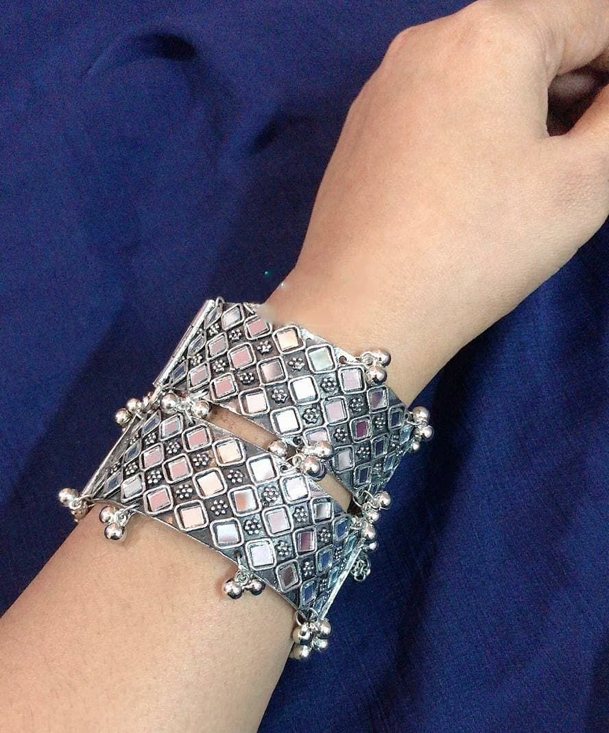 New design in Mirror bangle   SINGLE in 480 PAIR in 750   DIRECT MASSAGE TO PLACE ORDER  GOOD QUALITY  NO COD  DELIVERY TIME 78 DAYS  PAYMENT MODE PAYTM PHONE PAY GOOGLE...