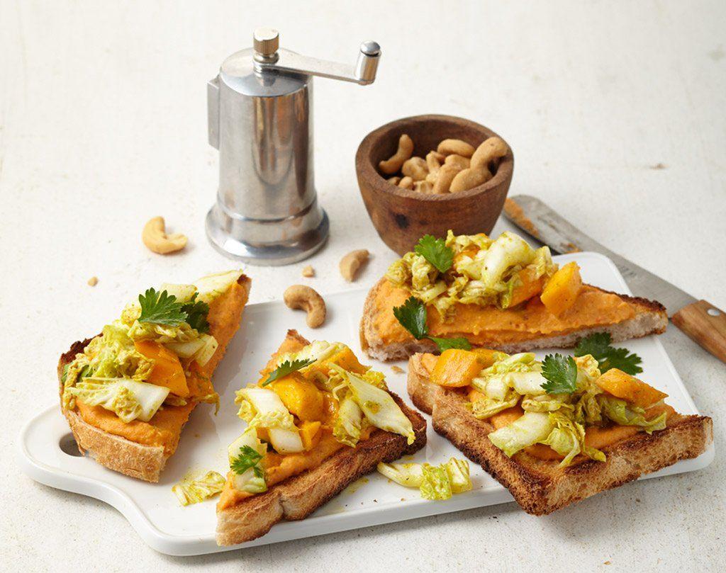 Asien trifft geröstetes Weißbrot: Ingwer und Kokos belebenden Aufstrich und Curry, Mango und Koriander krönen den Salat.