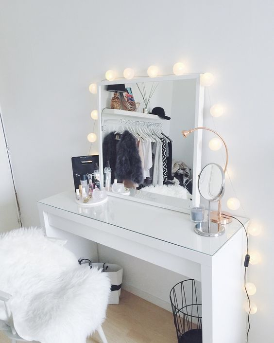 I'm going to start this article by stating that my vanity table is a total mess in general, but really, a total mess. Still, lately, because I've been all over the place and through a series of misfor