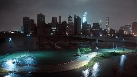 Na de orkaan zijn grote delen van New York donker omdat de elektriciteit is uitgevallen. 'Al het geluid in de wereld is op dit moment voor Sandy. En dan, zonder extra waarschuwing, zonder knal, zonder geflikker, wordt het donker. En het blijft donker.'