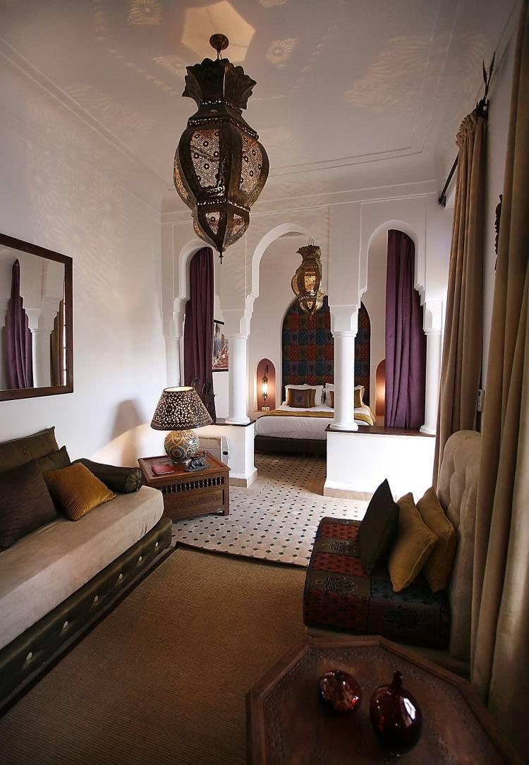 Schlafzimmer mit typisch orientalischen Bogen und Lampen ...