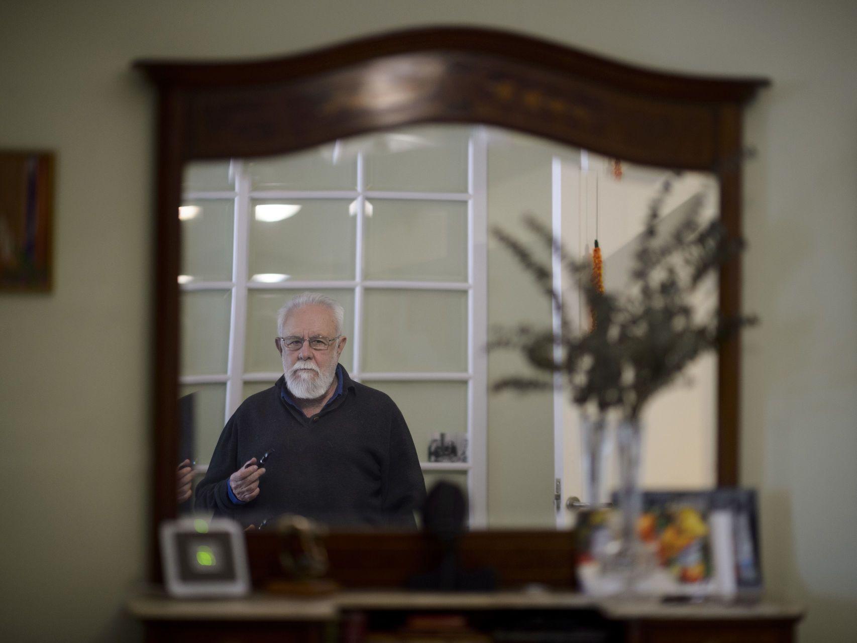 Gonzalo Suárez en su casa