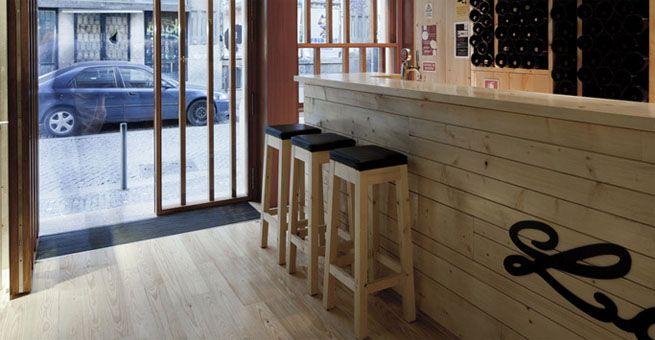 Bar de madera la boh me en oporto espacios en madera for Barra bar madera dibujo